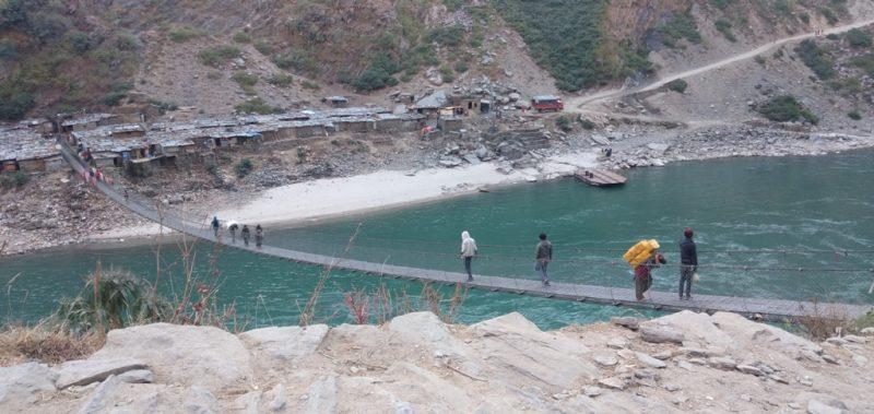 झोलुङ्गे पुल जीर्ण हुँदा कर्णाली वारपार गर्न समस्या