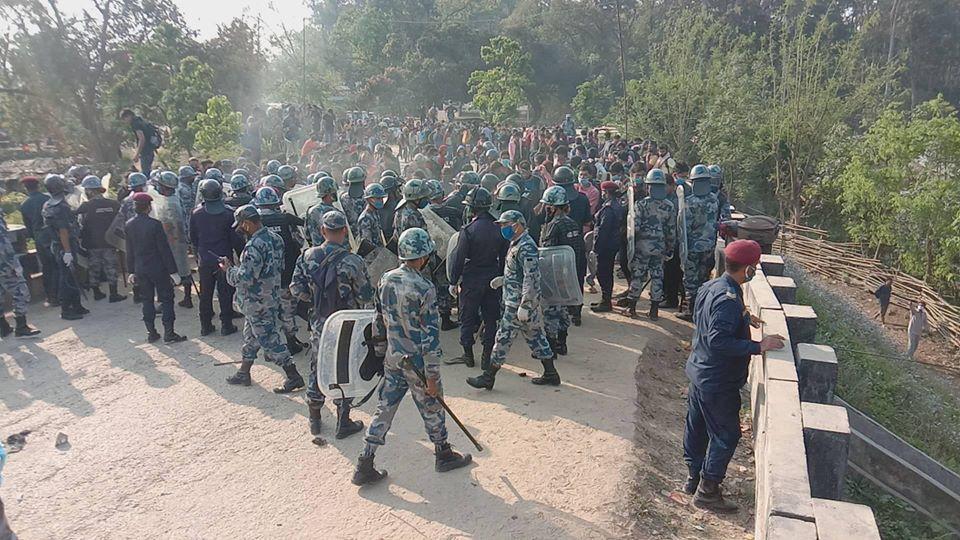 नेपाल फर्किन लागेका नेपाली र प्रहरीबीच गौरिफन्टा नाकामा झडप