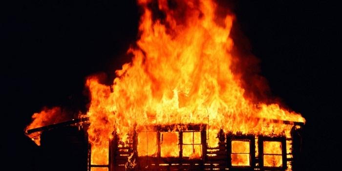घरमा आगो ठोकेर बाबुले मारे २ छोरा